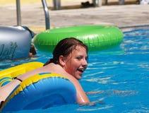 青少年女孩的游泳 免版税图库摄影