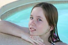 青少年女孩的游泳 免版税库存照片