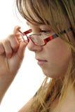 青少年女孩的玻璃对负 免版税库存图片