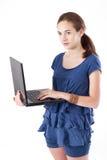 青少年女孩的膝上型计算机 免版税库存照片