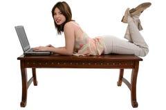 青少年女孩的膝上型计算机 免版税库存图片