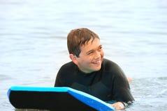 青少年微笑的冲浪者 库存图片
