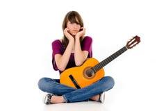 青少年有吸引力的女孩的吉他 库存照片
