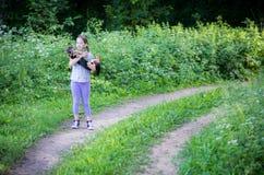 青少年狗的女孩 图库摄影