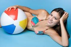 青少年球的海滩 免版税库存照片