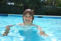 青少年男孩池微笑的游泳 免版税库存图片
