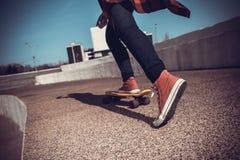 青少年的乘驾滑板 免版税库存照片