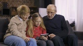 青少年的使用触感衰减器的女孩教的祖父母 影视素材