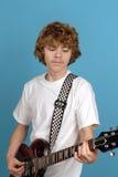 青少年的吉他演奏员 免版税图库摄影