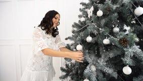 青少年的女孩和圣诞树 股票视频