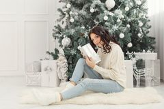 青少年的女孩和圣诞节礼物 库存图片