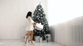 青少年的女孩和圣诞节礼物 股票视频