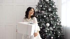 青少年的女孩和圣诞节礼物 影视素材