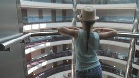青少年的女孩在一个大玻璃电梯努力去做下来在旅馆 股票录像