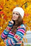 青少年的女孩在秋天 免版税库存照片
