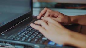 青少年的女孩在膝上型计算机一臂之力上工作 青少年的女孩在社会媒介写一则消息 企业教育生活方式概念 股票视频