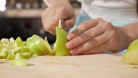 青少年的女孩慢慢地切在小片断的苹果,手特写镜头 影视素材