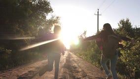 青少年的女孩旅行并且握手 儿童旅客 r 有沿国家跑的背包的愉快的女孩旅客 影视素材