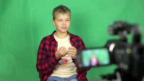 青少年的录影博客作者拍摄新的录影 股票视频