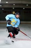 青少年的曲棍球运动员 免版税库存图片