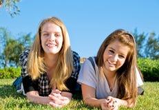 青少年的朋友一起 库存照片