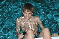 青少年的游泳池边 图库摄影