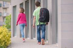 青少年的男孩和女孩回到学校 免版税库存照片