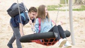 青少年的男孩和女孩摇摆的 股票视频