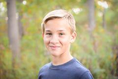 青少年的男孩在森林里 免版税库存图片