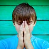 青少年祈祷室外 免版税库存图片