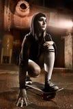 青少年美丽的女孩的溜冰者 免版税库存图片