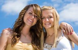青少年美丽的姐妹 免版税库存照片