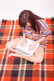 青少年美丽的棕色女孩的膝上型计算&# 免版税库存图片