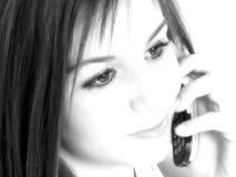 青少年美丽的移动电话的女孩 免版税库存照片