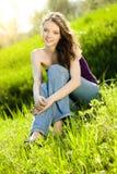 青少年美好的女孩草甸的微笑 免版税图库摄影