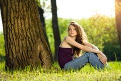 青少年美好的森林女孩的微笑 库存图片