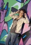 青少年逗人喜爱的女孩的耳机 图库摄影