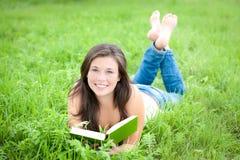 青少年逗人喜爱的室外纵向的读取 免版税库存照片