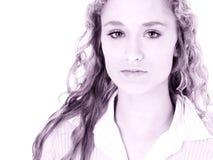 青少年长期美丽的白肤金发的卷曲女孩的头发 免版税库存图片