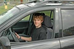 青少年驱动器的suv 库存图片