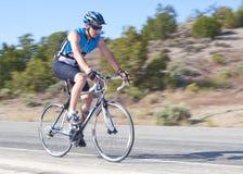青少年骑自行车的人男性的路 免版税库存图片
