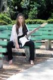 青少年1把美丽的女孩的吉他 免版税库存图片