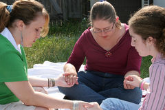 青少年2个圈子的祷告 免版税库存照片
