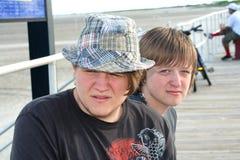 青少年2个木板走道的兄弟 库存图片