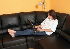 青少年2个男孩的膝上型计算机 免版税库存图片