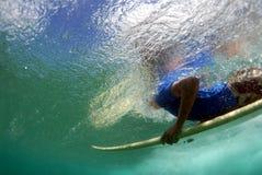 青少年duckdiving的冲浪者 库存照片