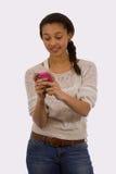 青少年texting 库存照片