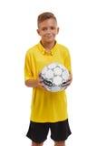 青少年与在白色背景隔绝的足球 愉快的体育男孩 年轻足球运动员 学校活动概念 免版税库存照片