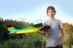 青少年与自创无线电操纵的模型飞机 免版税库存照片