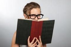 青少年书的女孩 免版税库存图片